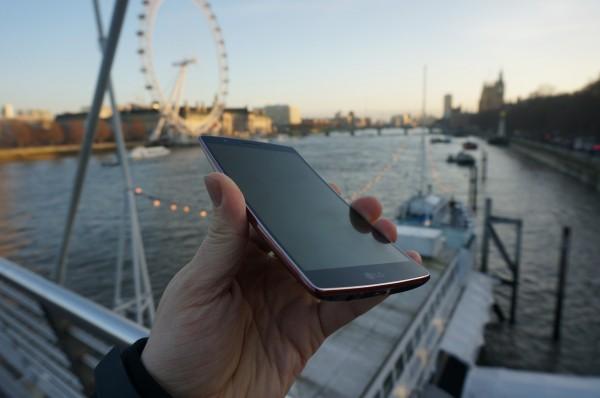 LG G Flex 2 обогнал в мобильных тестах Samsung Note 4 и Apple iPhone 6