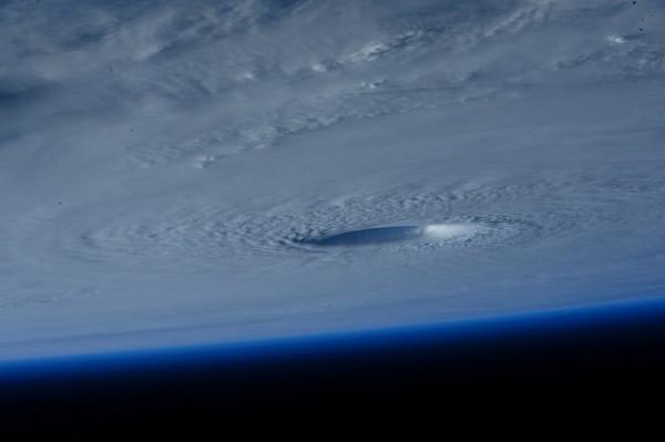 С борта МКС сняли супертайфун