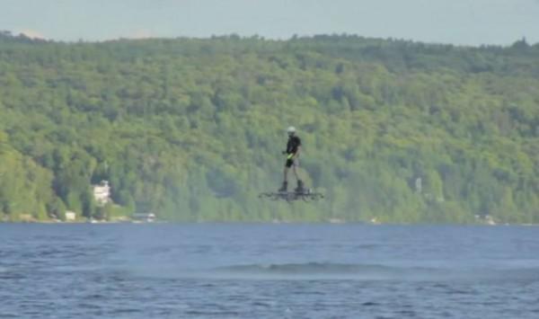 Канадец перелетел через озеро на ховерборде