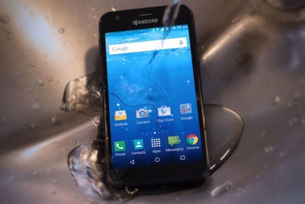 Kyocera Hydro Wave: 150-долларовый смартфон с защитой от воды и падений