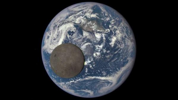 Луну сняли на фоне Земли