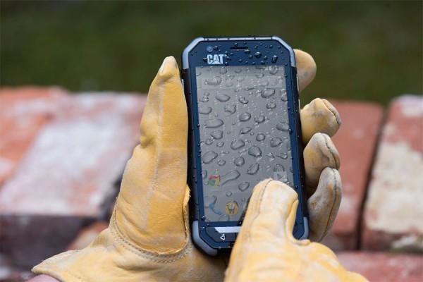 Защищенным смартфоном Cat S30 можно пользоваться в перчатках