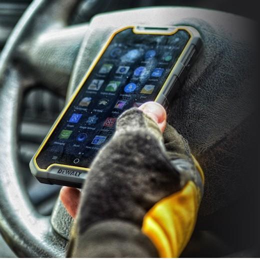 Dewalt MD501 — защищенный смартфон с беспроводной зарядкой