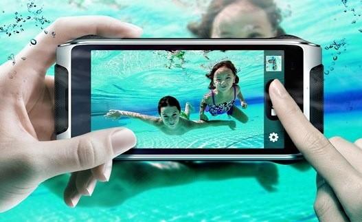 HomTom HT20 способен снимать под водой