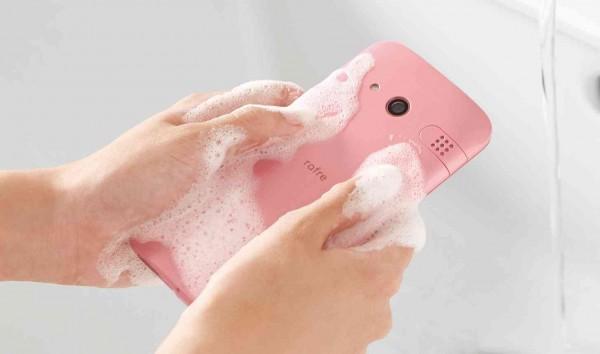 Kyocera Rafre — смартфон, который моют с мылом