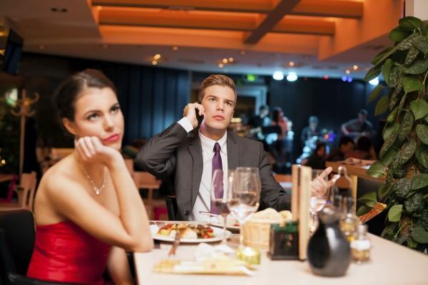 Гаджеты на свидании вредят отношениям