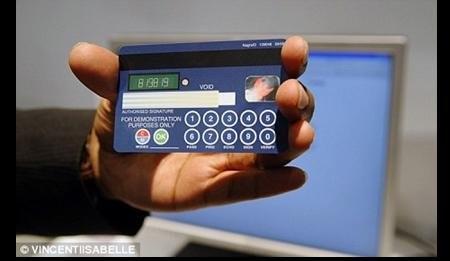 Кредитная карточка с клавиатурой и экраном