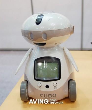 Новый CUBO от IZI Robotics читает книги и учит английскому!
