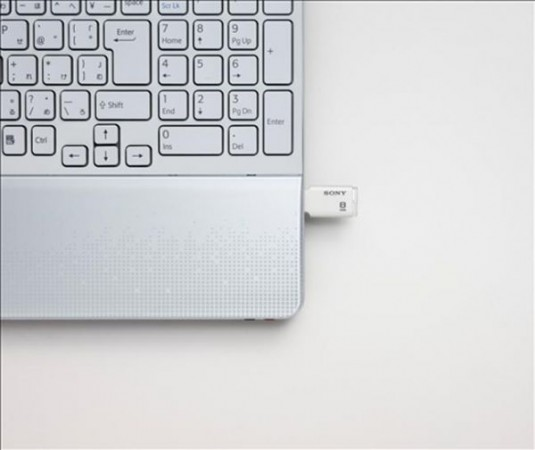Миниатюрная флешка Sony Microvault Style