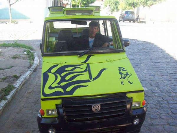 Малоимущий бразилец собрал самодельный автомобиль
