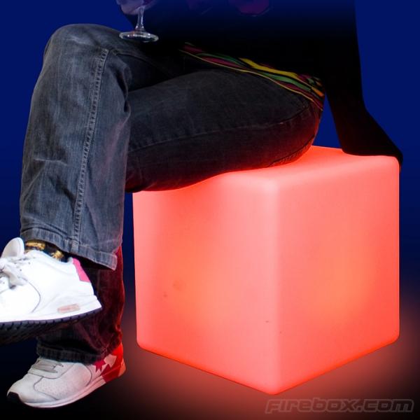 «Оживи» свою комнату: кубические сидения, меняющие цвет