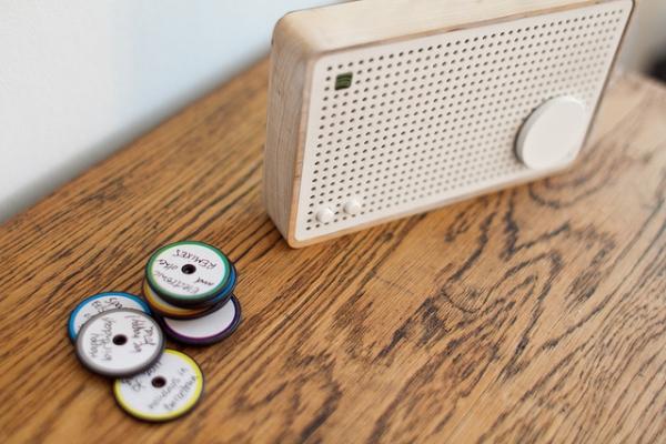 «Радиоприемник» хранящий плейлисты на деревянных дисках