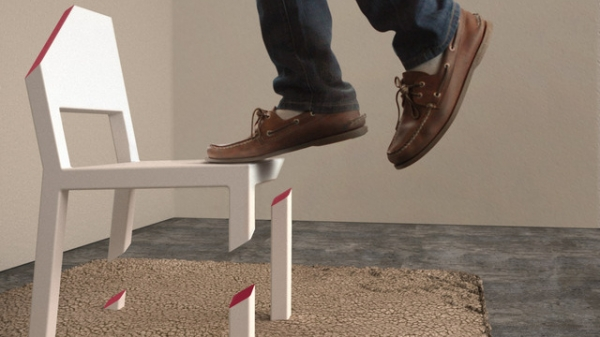 Почему этот «одноногий» стул не падает?