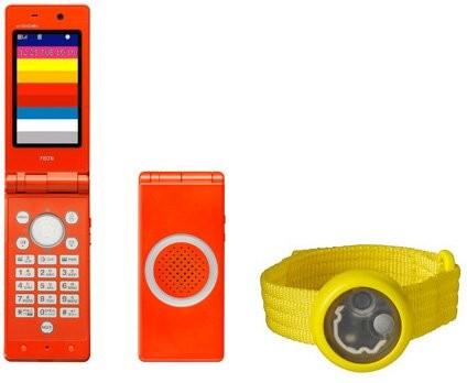 NTT DoCoMo создали детскую телефонную трубку в комплекте с браслетом