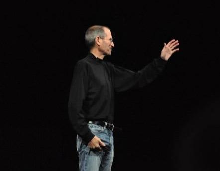 Стив Джобс покидает Apple как CEO