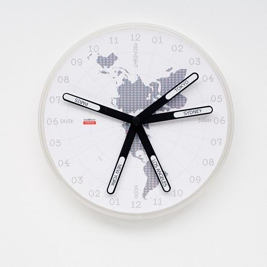 Часы KnoWhere показывают сразу 8 временных зон