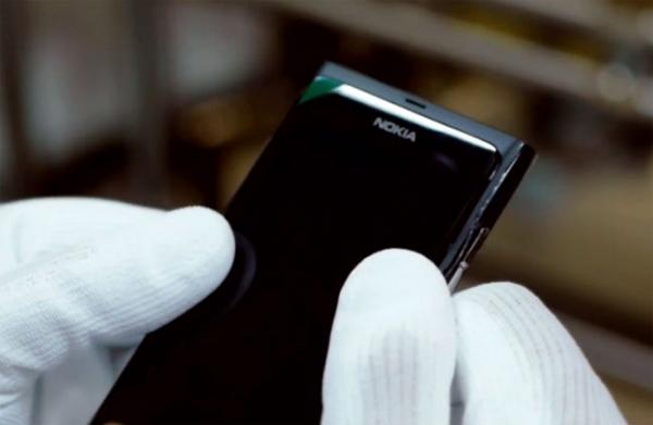 Как Nokia собирает смартфоны N9