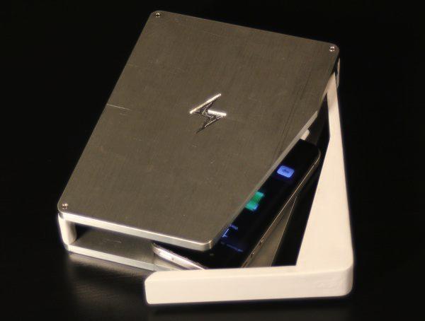 PhoneSoap дезинфицирует телефон во время зарядки
