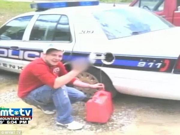 Незадачливый пользователь Facebookа показал, как слить бензин у полицейских