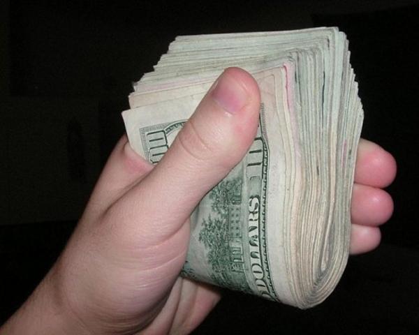 Фотография пачки денег, опубликованная девочкой в соцсети, привлекла грабителей