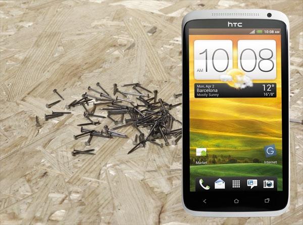 Смартфоном HTC One X можно забивать гвозди… в прямом смысле!