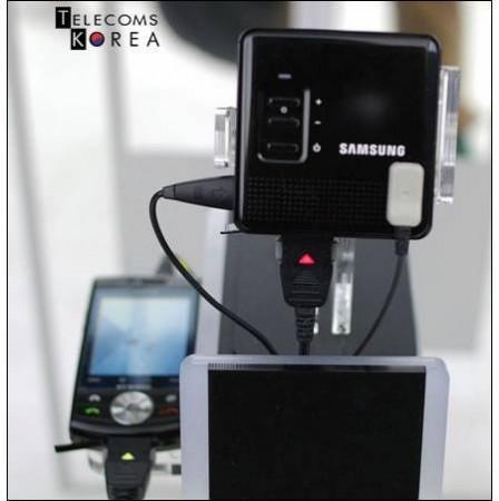 Samsung представляет проектор для мобильников