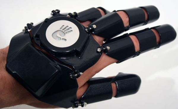 Появился современный телефон в виде перчаток