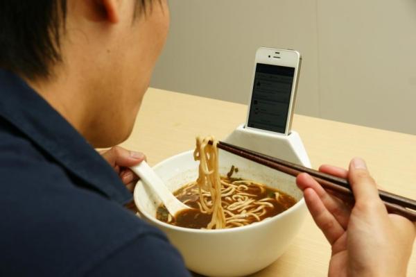 Поедай «доширак» не отрываясь от смартфона!