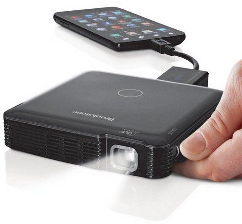 Brookstone предлагает пикопроектор и дополнительную батарею для мобильных устройств
