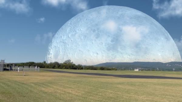 Как бы выглядела Луна с Земли, будь она на месте МКС?
