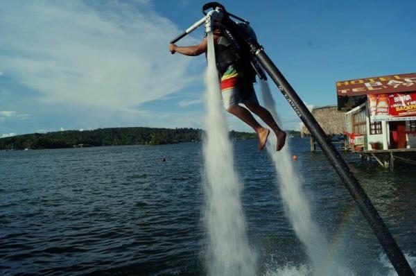 Полеты на водных реактивных ранцах набирают популярность