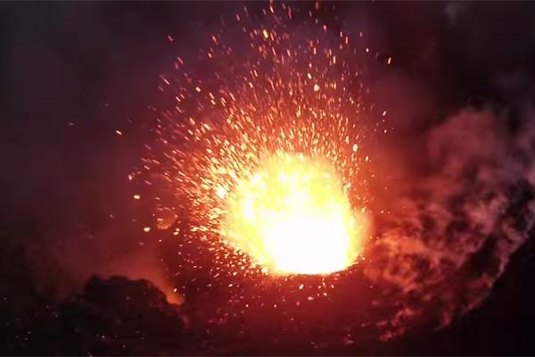Квадрокоптер заснял извержение вулкана