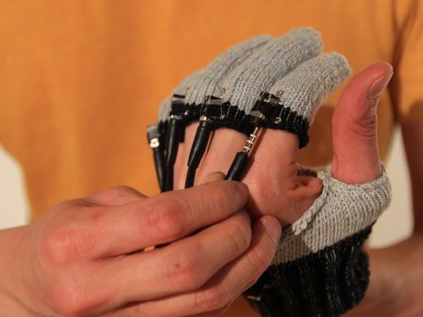 Студент управляет гаджетами с помощью сенсоров из трикотажа