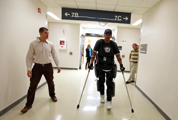 Экзоскелет ReWalk поднимает парализованных на ноги