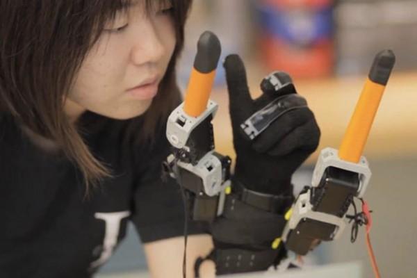 Робоперчатка добавит человеку дополнительные пальцы