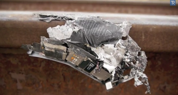 iPhone 5S не выдержал столкновения с поездом