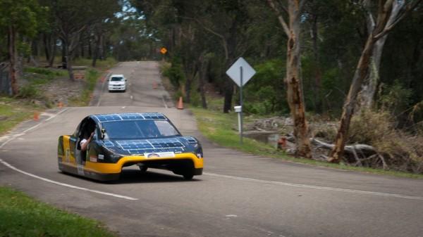 Автомобиль на солнечных батареях поставил рекорд скорости