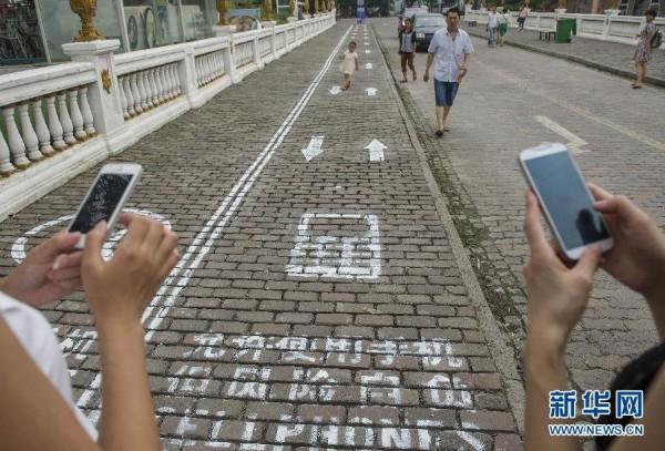 Китайским любителям прогулок с мобильниками выделили отдельную полосу на тротуарах