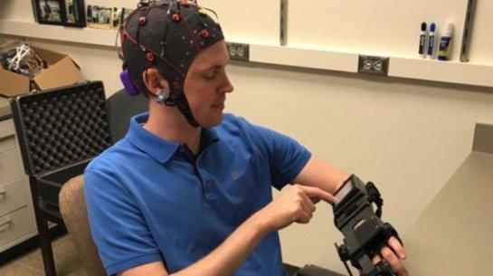 В мире был разработан шлем для управления парализованными конечностями