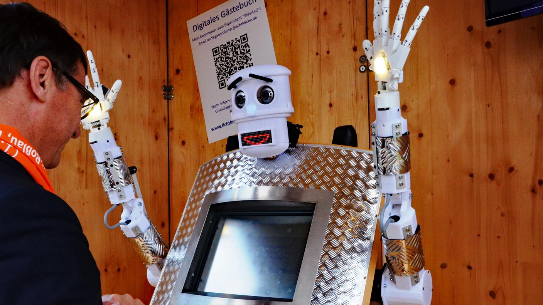 Реакция немцев на робота-священника: в церковь ходят дважды в день