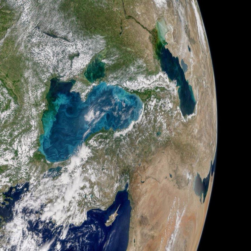 Черное море стало выглядеть из космоса светлым