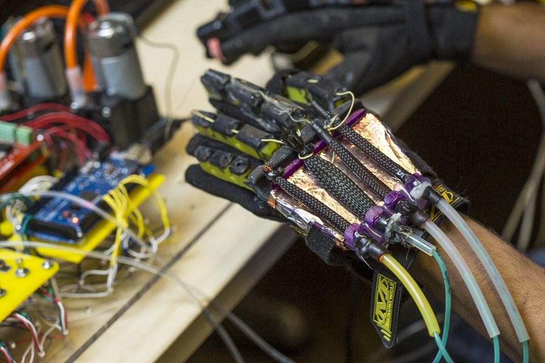 Учёные разработали перчатки для игр VR с искусственными мышцами