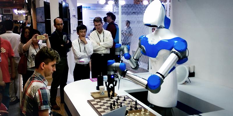 Тайваньский ученый создал робота, который может работать официантом и играть в шахматы