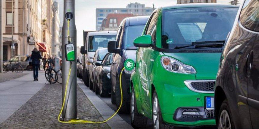 В Великобритании обычные столбы превратили в зарядки для автомобилей