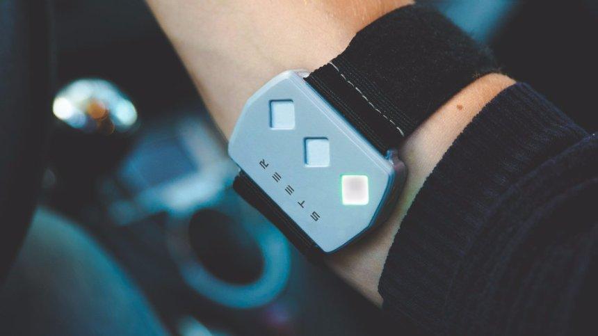 Создан браслет, который помогает водителям не уснуть за рулем