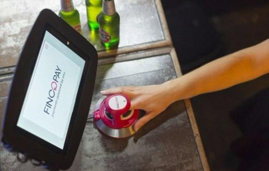 В британском супермаркете начали оплачивать товары с помощью отпечатков пальцев
