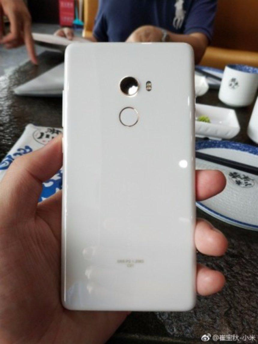 Появились первые реальные фото Xiaomi Mi Mix 2 в корпусе из белой керамики