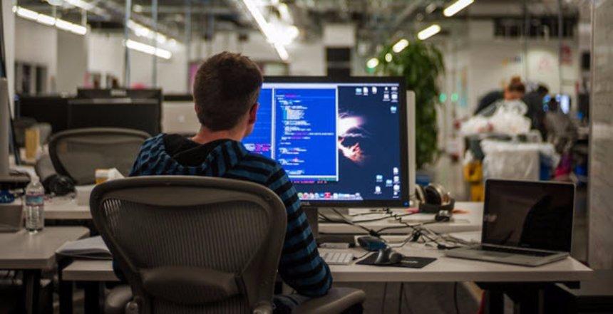 Колумнист Бен Тарнофф считает, что технологические гиганты хотят удешевить труд программистов