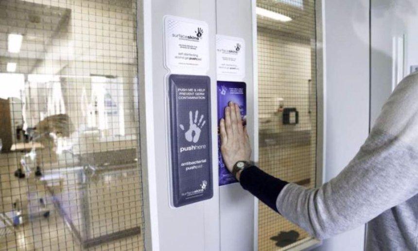 Разработана дверная кнопка, с помощью которой можно дезинфицировать руки