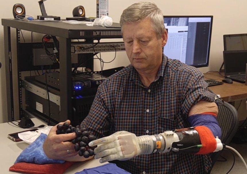 Новая роботизированная рука вернет пациенту тактильную чувствительность после ампутации